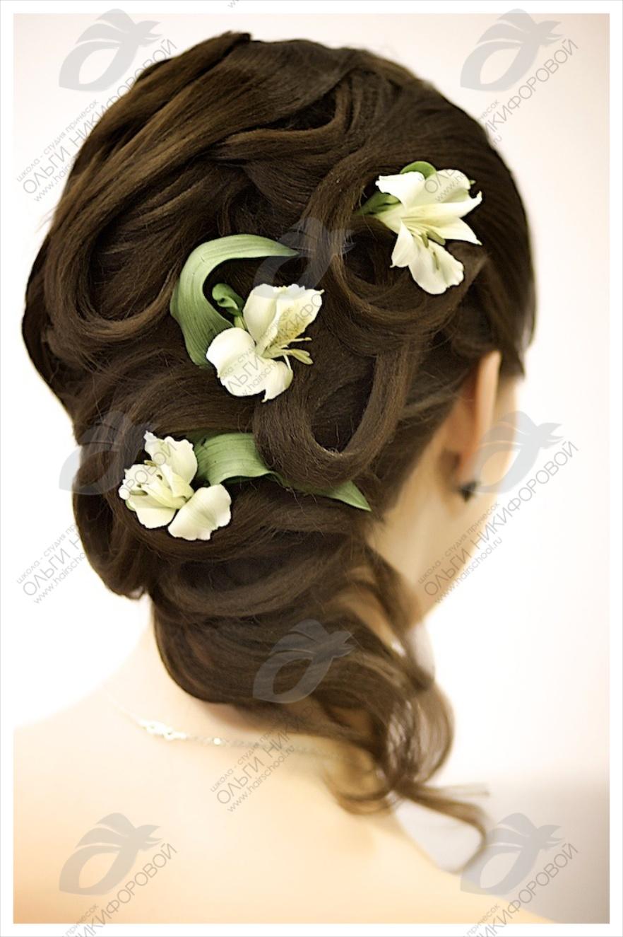 Оригинальная свадебная прическа на волосы до плеч